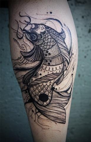 Tatuaggio grande sulla gamba  i pesci in stile Yin-Yang