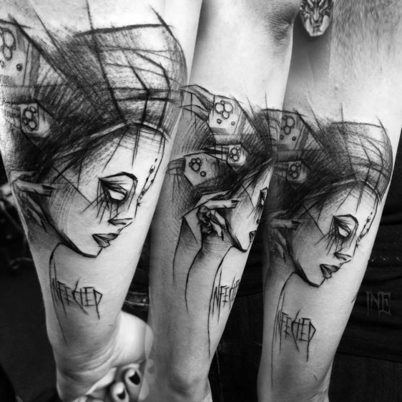 Tatuaggio dipinto da Inez Janiak tatuaggio del braccio della donna mistica con scritte