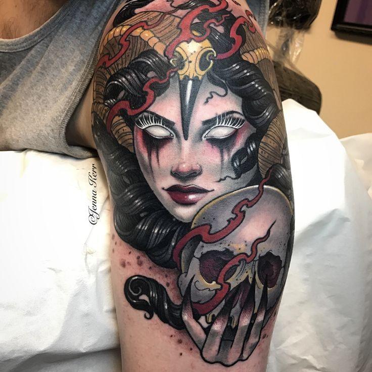 Tatuaggio dipinto da Jenna Kerr nel nuovo tatuaggio stile braccio superiore della donna demoniaca con teschio