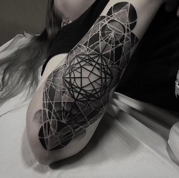 Tatuaggio dipinto in stile punto di vari ornamenti geometrici sul braccio