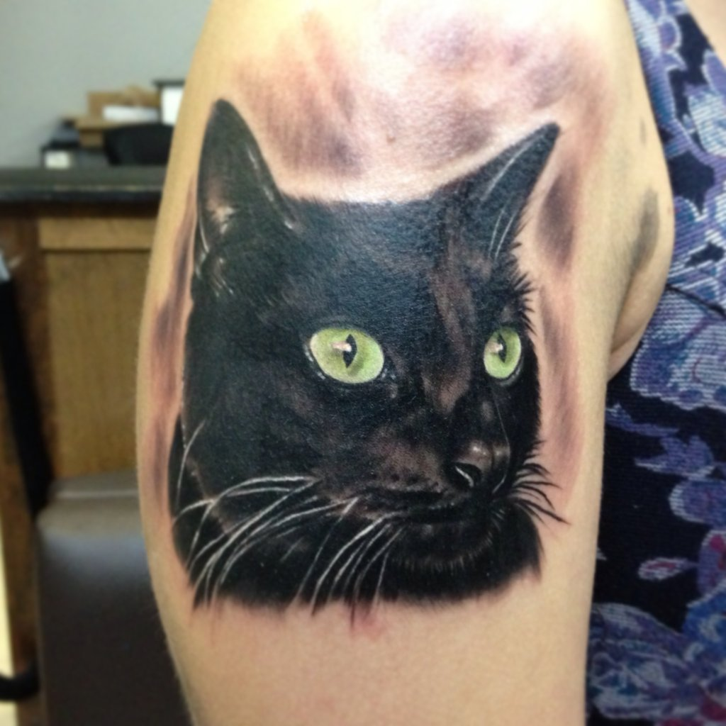 Tatuaggio realistico sul braccio la testa del gatto