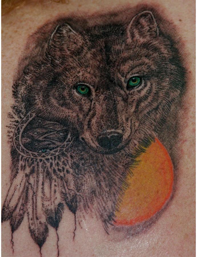 Tatuaggio colorato il lupo & il sole