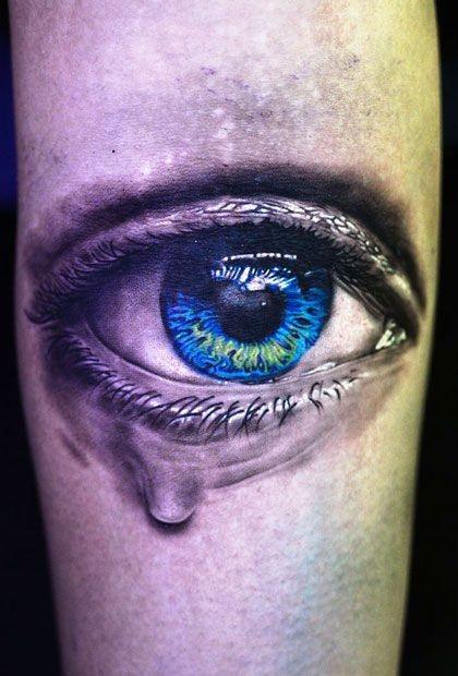 Tatuaggio simpatico sul mano l&quotocchio blu
