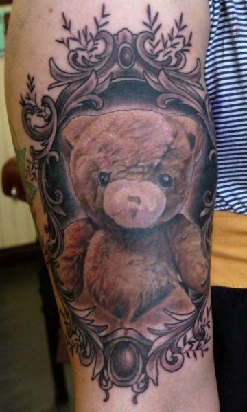 Tatuaggio carino sul braccio l&quotorsetto di peluche