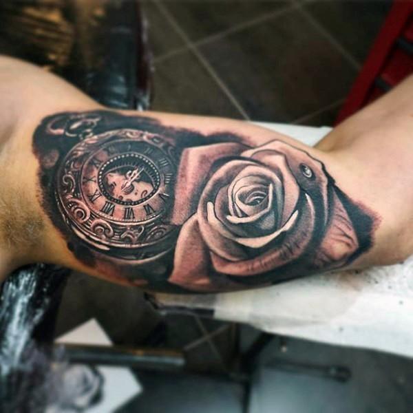 Tatuaje en el brazo, reloj antiguo precioso con rosa grande
