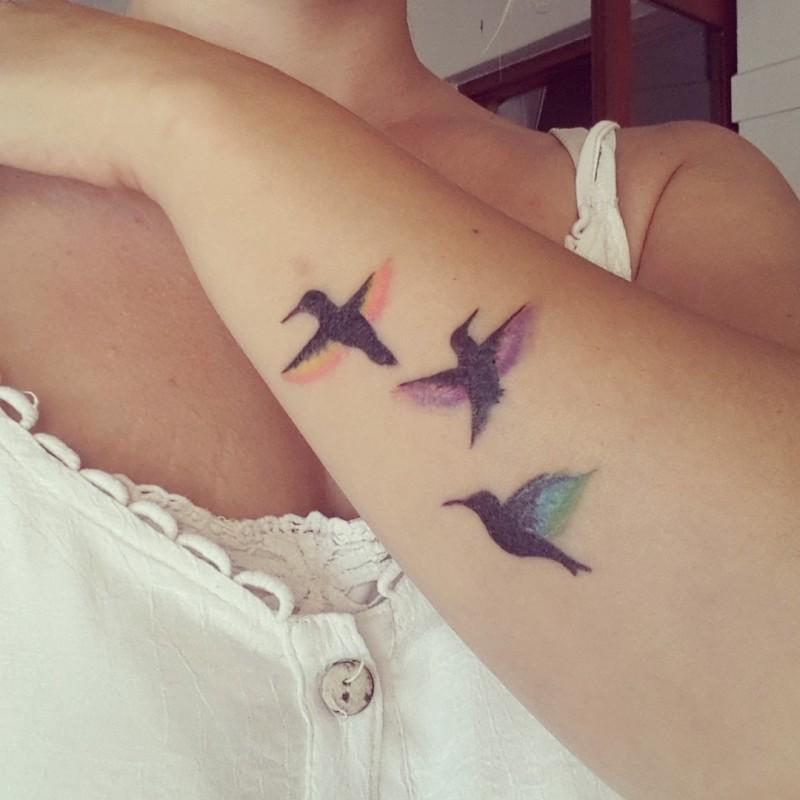 Tatuaggio carino sul braccio gli uccelli neri