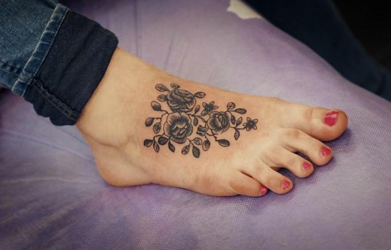 Tatuaje en el pie, rama gris de flores