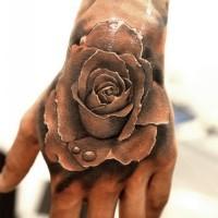 3D eccezionale dettagliata bianco e nero rosa con gocce d' acqua tatuaggio su mano