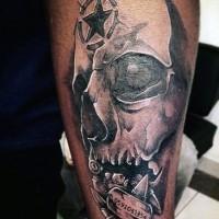 Tatuaje en el antebrazo, cráneo humano con estrella en la frente