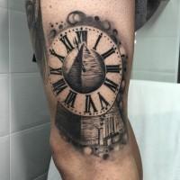 Tatuaje en el brazo,  pirámide decorada con reloj