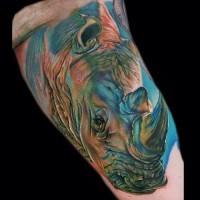 3D bello grande colorato testa di rinoceronte tatuaggio su braccio