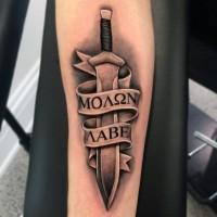 3D dettagliato colorato antica spada scritto su nastro tatuaggio su braccio