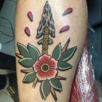 Tatuaje en la pierna, flecha antigua con flor, old school multicolor
