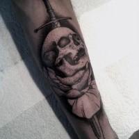 3D unico disegno nero e bianco cranio con spada e fiore tatuaggio su gamba