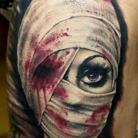 3D realistico colorato raccapricciante donna con occhio ferito tatuaggio su coscia