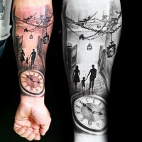 Tatuaje en el antebrazo, familia dulce en la calle y reloj de bolsillo