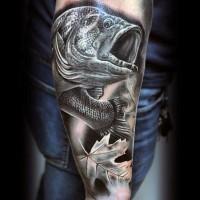 3D realistico inchiostro  inchiostro nero dettagliato pesce con foglia di acero tatuaggio su braccio