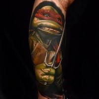 Realistischer 3D Ninja Schildkröte Raphael cartoonischer bunter Held Tattoo am Arm