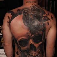 3d realistischer Schädel mit Raben Tattoo am Rücken