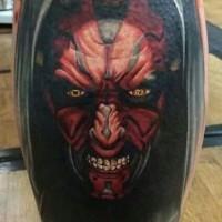 Tatuaje en la pierna, hombre furioso con cara roja en capucha