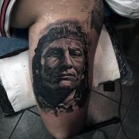 3D Stil Schwarzweißes scharfes indianisches Porträt Tattoo am Oberarm
