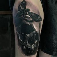 Tatuaggio del braccio superiore in inchiostro nero stile 3D del teschio umano con farfalla Eliot Kohek