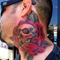 Tatuaje en el cuello, cráneo en rosa roja