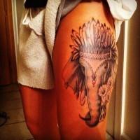 Tatuaje en el muslo,  elefante indio maravilloso en sombrero de plumas
