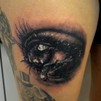 3D Stil detailliertes Oberschenkel Tattoo mit menschlichem weinendem  Auge