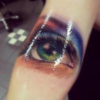 3D Stil realistisch aussehendes Arm Tattoo mit Auge der schönen Frau
