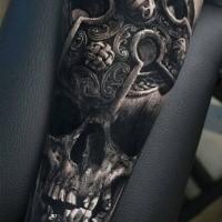 3D-Stil sehr detaillierte Unterarm Tattoo des alten menschlichen Schädels mit alten Kreuz