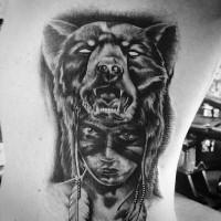 3D Stil sehr realistisch aussehendes schwarzes indianisches Porträt Tattoo an der Seite  mit Helm von der Bärenhaut
