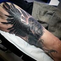 3D molto realistico nero e bianco corvo mistico tatuaggio su braccio