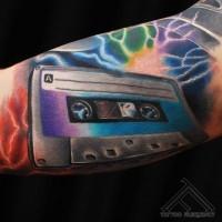 3D molto realistico multicolore nastro musicale tatuaggio su braccio