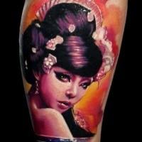 Tatuaje de pierna de estilo tradicional de Acian color de sexy geisha con flores
