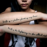 Tatuaje en el antebrazo, inscripcion larga preciosa, letra diminuta