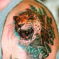 furioso colorato ghepardo in erba tatuaggio su spalla