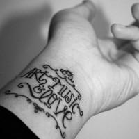arte musica amore tatuaggio con ornamento su polso