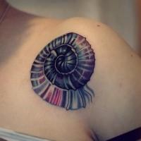 Tatuaggio a spalla colorata stile arte di un piccolo grazioso nautilus
