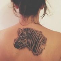 attraente nero e bianco testa di zebra tatuaggio su parte superiore della  schiena