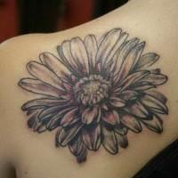 Tatuaje en el hombro, margarita linda de colores negro y blanco