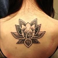 eccezionale fiore loto tribale riempito nero tatuaggio su schiena