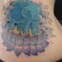 eccezionale blu ippopotamo e viola fiore loto tatuaggio su costolette