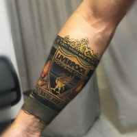 Tolles farbenfrohes Tattoo mit Liverpoll Football Club Logo