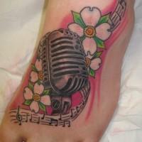 eccezionale fiori cornioli e microphone tatuaggio su piedi