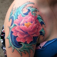 eccezionale fiore giapponese rosa e onde blu  tatuaggio su spalla