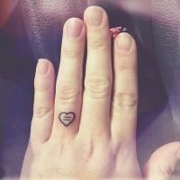 carino contorno inchiostro nero piccolo cuore tatuaggio sudito