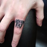 bel ritratto di cane piccolo tatuaggio su dito