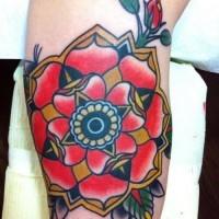 eccezionale tradizionale tatuaggio vecchia scuola fiore in braccio superiore