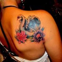 stupendo cigno bianco con fiori  loto tatuaggio colorato su schiena